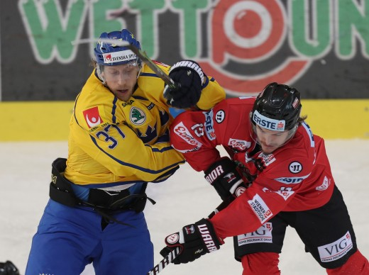 170406, Ishockey, Landskamp, …sterrike - Sverige: VIENNA,AUSTRIA,06.APR.17 - ICE HOCKEY - OEEHV international match, Austria vs Sweden, test match. Image shows Alexander Rauchenwald (AUT) and John Norman (SWE). Photo: GEPA pictures/ Christian Ort © BildbyrŒn - COP 81 - SWEDEN ONLY